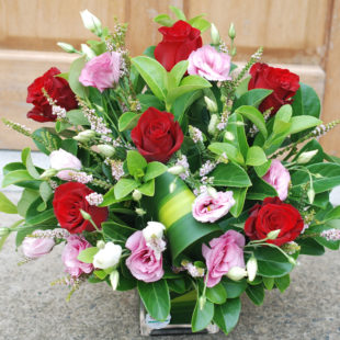 6 Premium red roses in Glass vase